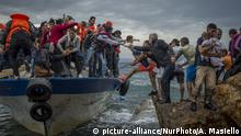 Refugees and Migrants aboard fishing boat drived by smugglers reach the Greek Island coast of Lesbos after crossing the Aegean sea from Turkey on October 11, 2015. More than 400,000 refugees, mostly Syrians and Afghans, arrived in Greece since early January while dozens were drowned trying to make the crossing. In total 710,000 have entered the EU through Greece and Italy during the same period, according to the European Agency Frontex border surveillance. The migration issue has caused deep divisions within the European Union, which is trying to set the distribution of migrants among its member countries or limit the flow. (Photo by Antonio Masiello/NurPhoto) | Keine Weitergabe an Wiederverkäufer.