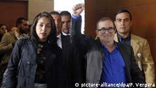 13.07.2018, Kolumbien, Bogota: Rodrigo Londono (r), früherer Kommandeur der linken Guerillaorganisation Farc, kommt mit seiner Partnerin Johana Castro am Sitz der Sonderjustiz für den Frieden (JEP) an. Erstmals seit dem Ende des Bürgerkriegs in Kolumbien müssen sich die früheren Kommandeure der linken Guerillaorganisation Farc vor Gericht verantworten. Foto: Fernando Vergara/AP/dpa +++ dpa-Bildfunk +++ |