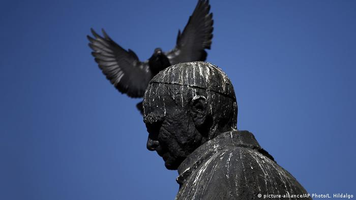 Chile Statue Jose Maria Caro Symbolbild Missbrauchsskandal (picture-alliance/AP Photo/L. Hildalgo)