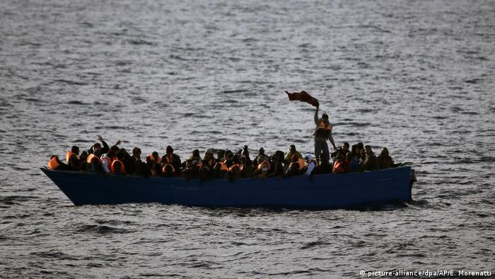 Mittelmeerroute - Flüchtlinge im Boot (picture-alliance/dpa/AP/E. Morenatti)