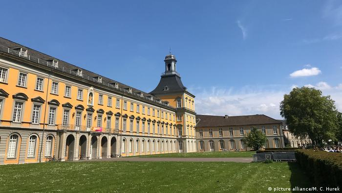 Bonn's Hofgarten and university building is pictured against a blue sky (picture alliance/M. C. Hurek)