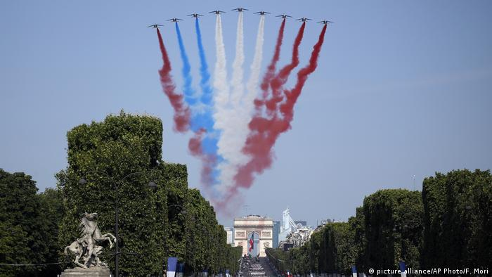 Planes trace red, white, and blue above Arc de Triomphe (picture alliance/AP Photo/F. Mori)