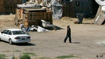 Obdachlose am Rande von Los Angeles - auch bei Sozialprogrammen für die Ärmsten muss gekürzt werden (Foto: AP)