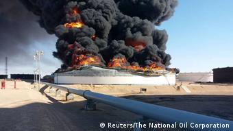 Sur le terminal pétrolier de Ras Lanouf, un réservoir de pétrole en feu lors de combats entre factions rivales libyennes