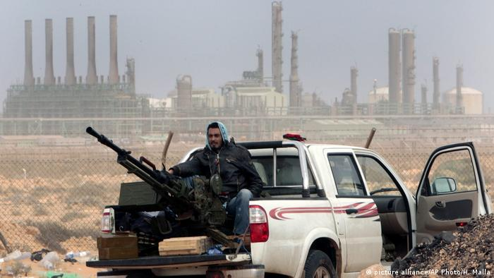 Libyen - Öl Raffinerie Ras Lanouf (picture alliance/AP Photo/H. Malla)