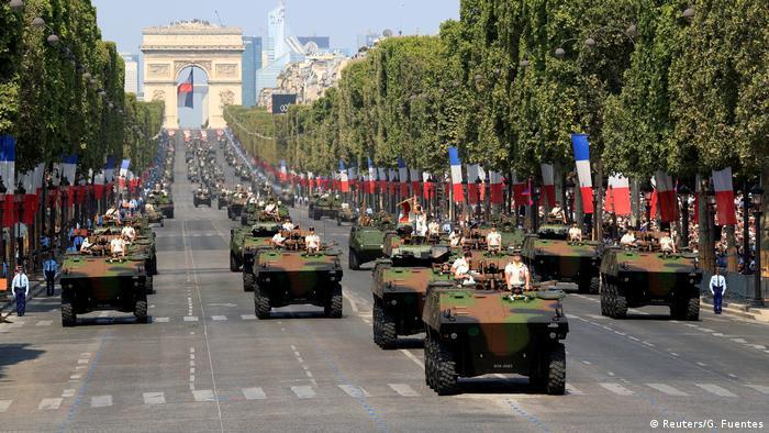 Gepanzerte Fahrzeuge rollen über die Champs-Elysees, im Hintergrund der Triumphbogen (Foto: Reuters/G. Fuentes)