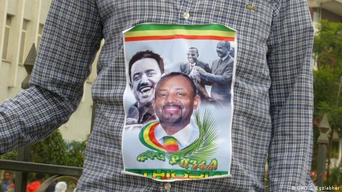 The torso of a man with a picture of Prime Minister Abiy Ahmad stuck to the front of his shirt. (DW/Y.G. Egziabher)
