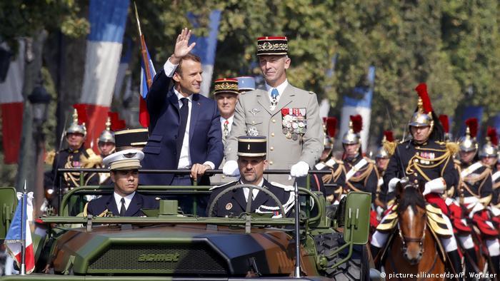Frankreichs Präsident Emmanuel Macron nimmt auf den Pariser Champs-Elysées die Militärparade ab (Foto; picture-alliance/dpa/P. Wojazer)