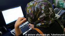 FILE- epa03680260 Iranian girls surf the web in an internet cafe in Tehran, Iran, 28 April 2013. Report says that Iran has the highest proportion of internet users in the Middle East. EPA/ABEDIN TAHERKENAREH dpa (zu dpa: Der Iran verbietet (fast) alles, Iraner tun es trotzdem vom 17.05.2015) +++(c) dpa - Bildfunk+++ |