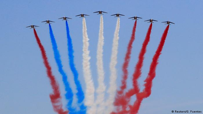 Einer der neun Kampfjets sorgte dafür, dass die französische Trikolore am Himmel zeitweise noch stärker errötete (Foto: Reuters/G. Fuentes)