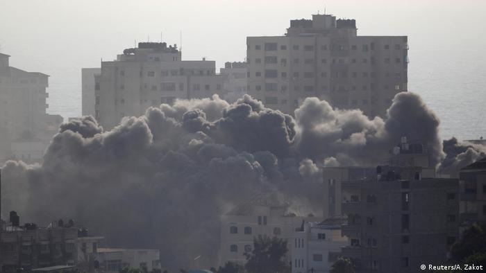 Gazastreifen israelische Luftangriffe in Gaza (Reuters/A. Zakot)
