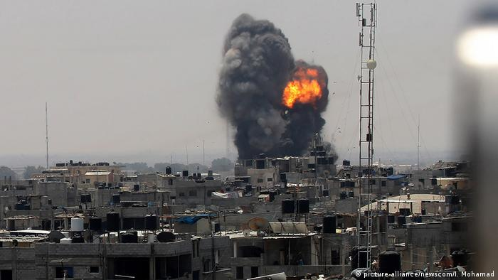 A ball of fire following an Israeli airstrike in Rafah in the southern Gaza Strip (picture-alliance/newscom/I. Mohamad)