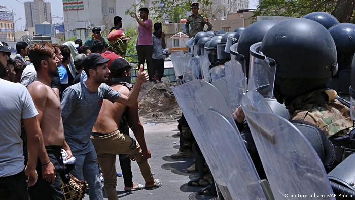 Proteste gegen Arbeitslosigkeit und schlechte Lebensbedingungen im Irak (picture alliance/AP Photo)