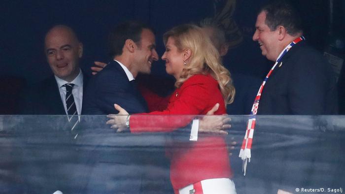 Emmanuel i Kolinda. On u odijelu, ona u hrvatskom dresu. S različitim navijačkim ambicijama. Ali u srdačnom zagrljaju.