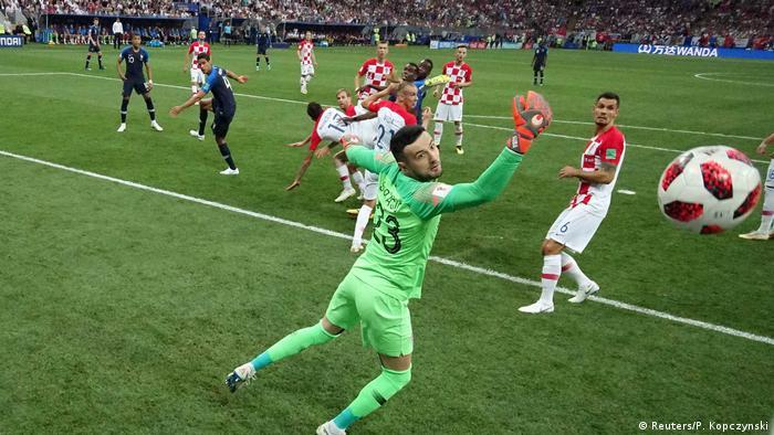 Prvo je Pitana previdio da je Griezmann počeo padati prije nego što ga je Brozović dotaknuo. I dosudio prekršaj koji to nije bio. A onda je Mandžukić nesretno glavom skrenuo loptu u lijevi Subašićev kut. 1:0 za Francusku u 18. minuti utakmice.