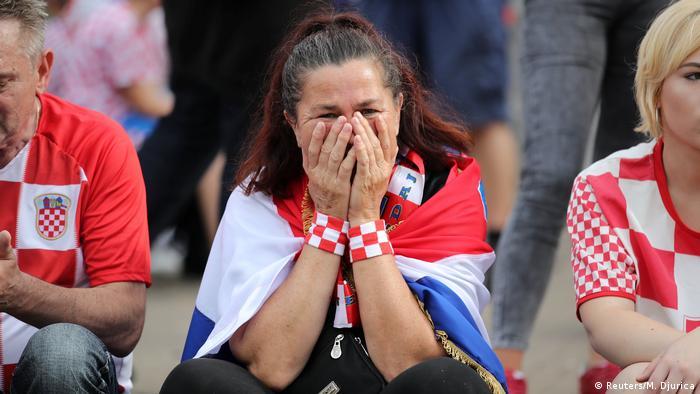 Žena se drži rukama preko lica za vrijeme utakmice hrvatske reprezentacije u Rusiji
