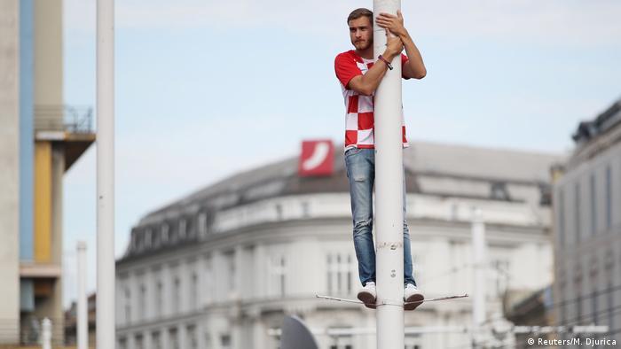 ..'ak i malo stoji, više vidi no onaj pod brdom - mislio je i ovaj hrvatski navijač na Trgu Bana Jelačića u Zagrebu i ugrabio si VIP-poziciju.