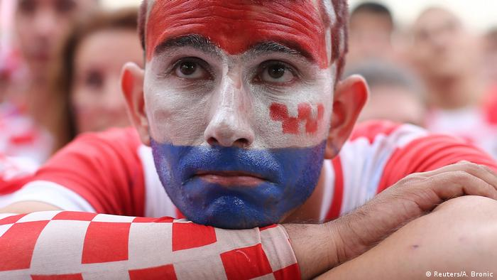 ... nevjerica hrvatskih navijača. Hrvatska igra dobro, ali gubi 1:4. Vremena još ima, ali teško je vjerovati da se mogupostići još tri gola.