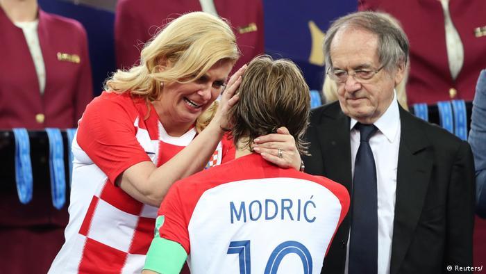 Колинда Грабар-Китарович плачет от радости, разговаривая с футболистом хорватской сборной Лукой Модричем