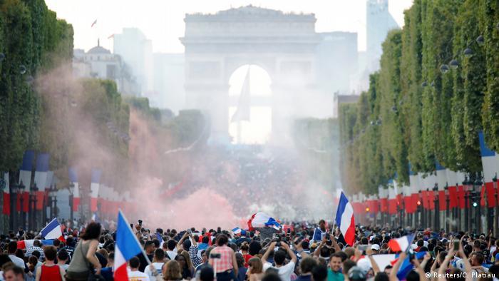 ... za pobjedu u Rusiji. Slavi se pobjeda Equipe Tricolorea u Parizu.