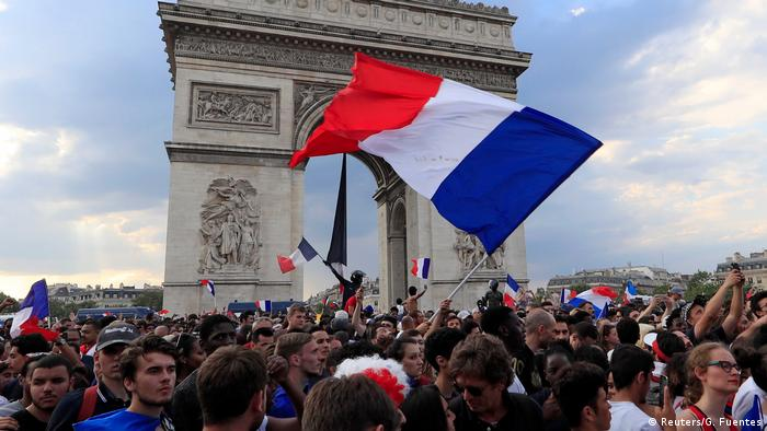 Parisians celebrate their World Cup Victory at the Arc de Triomphe (Reuters/G. Fuentes)