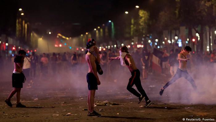 На Єлисейських полях поліція застосовувала сльозогінний газ