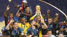WM Finale Frankreich Benjamin Mendy Jubel Trophäe