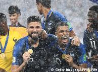 Французькі футболісти святкують перемогу на ЧС-2018 після фінального матчу зі збірною Хорватії