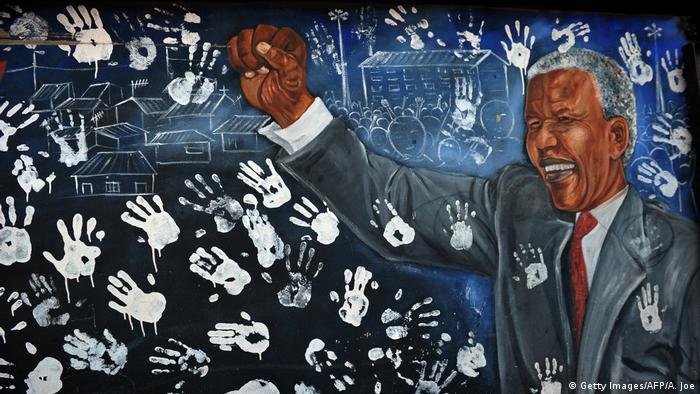 Mural mostra Nelson Mandela próximo à sua antiga casa no bairro de Alexandra, em Johannesburgo