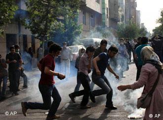 استفاده نیروهای انتظامی از گاز اشکآور برای متفرق کردن تظاهرکنندگان