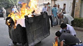مردم با آتش زدن آشغالها با اثرات گاز اشکآور مقابله میکردند