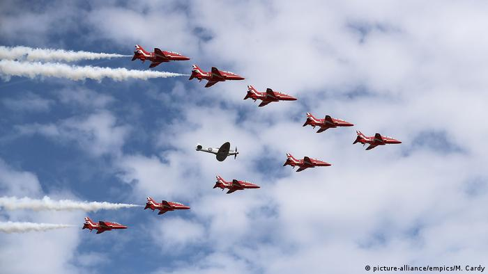 Red Arrows auf Farnborough International Airshow (picture-alliance/empics/M. Cardy)