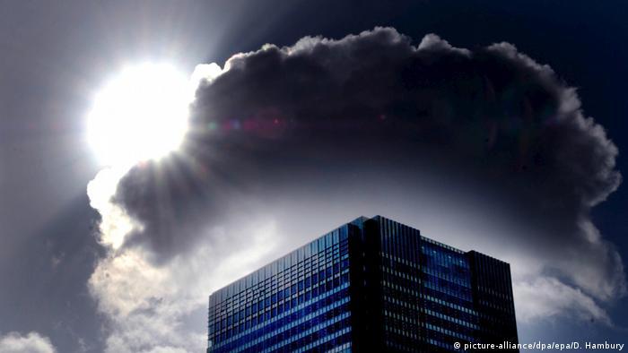 Arranha-céu com nuvem escura