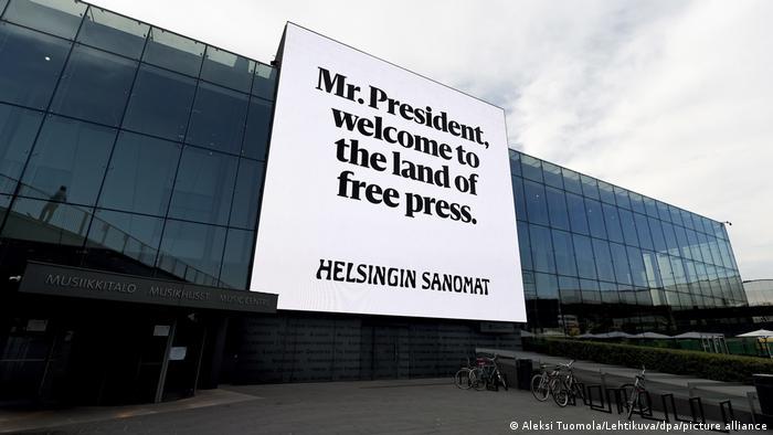 Finnland Schild anläßlich des Trump-Putin-Treffens (picture alliance/dpa/A. Tuomola)