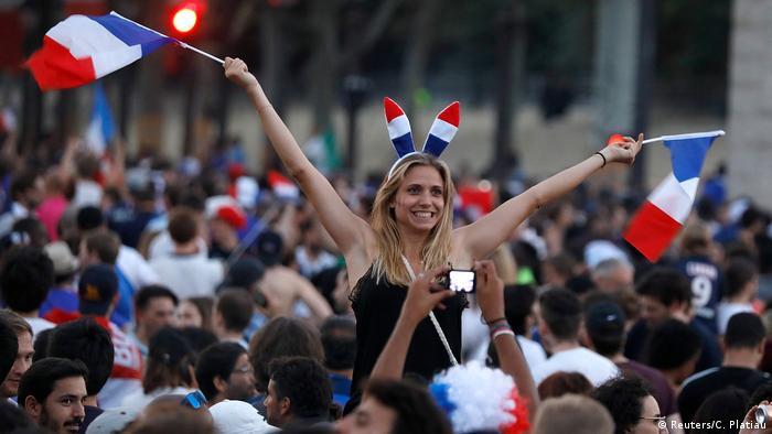 Frankreich Paris feiert den Fussball-Weltmeistertitel (Reuters/C. Platiau)