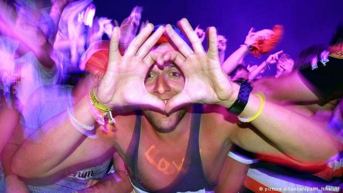 A festival-goer poses for a picture at the Electric Love Festival 2013 in Salzburg (picture-alliance/dpa/M. Nikelski )
