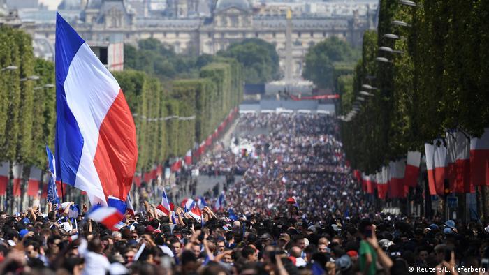 Centenas de milhares de torcedores lotaram a avenida Champs-Élysées para recepcionar o bicampeões mundiais