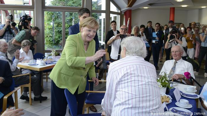 Angela Merkel at an elderly home in Paderborn (picture-alliance/CITYPRESS 24/Krick)