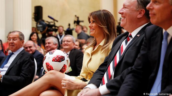 Меланія Трамп з подарованим м'ячем