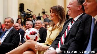 Мелания Трамп с подаренным мячом ЧМ-2018
