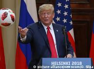 Президент Дональд Трамп із м'ячем від Володимира Путіна на спільній прес-конференції в Гельсінкі 16 липня