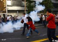 نیروی انتظامی با پرتاب گاز اشکآور و حمله به مردم، مانع از تجمع و راهپیمایی آنها میشود