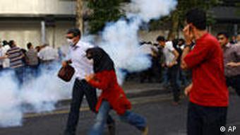 به گزارش خبرگزاریها، در جریان تظاهرات ۱۸ تیر پلیس با باتوم و گاز اشکآور به تظاهرکنندگان حمله کرد