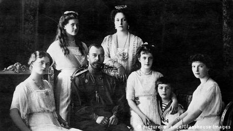 Nicholas II, Czar of Russia, with (left to right), Olga, Maria, Czarina Alexandra, Anastasia, Alexei, Tatiana, (picture-alliance/Glasshouse Images)