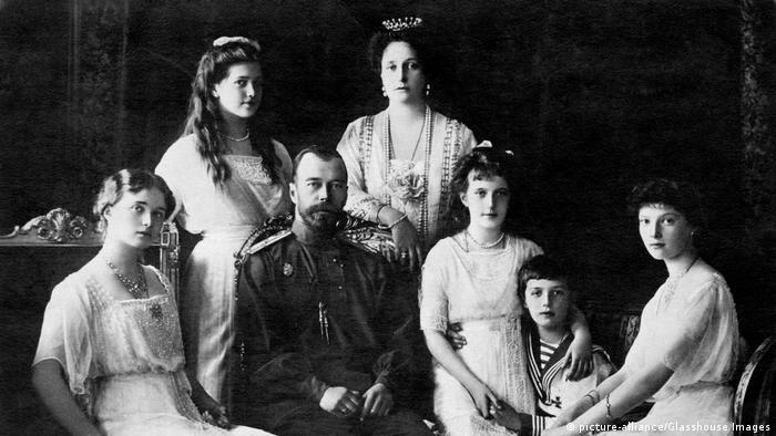 Nicholas II, Czar of Russia, with (left to right), Olga, Maria, Czarina Alexandra, Anastasia, Alexei, Tatiana, (picture-alliance/Glasshouse Images)