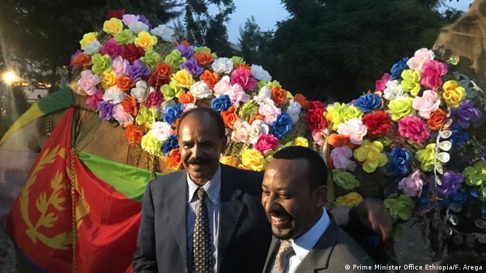 Äthiopien Hawassa Kamel mit Blumen in Farben Staat Eritrea