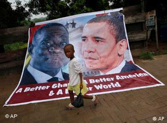 Ghanas Präsident John Atta Mills und US-Präsident Obama gemeinsam auf einem Plakat (Foto: AP)