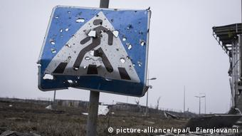 Donetsk airport sign (picture-alliance/epa/L. Piergiovanni)