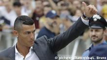 dpatopbilder - 16.07.2018, Italien, Turin: Cristinao Ronaldo, Fußballprofi aus Portugal, winkt bei seiner Ankunft den Fans. Der portugiesische Weltklassespieler war von Real Madrid zu Juventus Turin gewechselt Foto: Luca Bruno/AP/dpa +++ dpa-Bildfunk +++ |