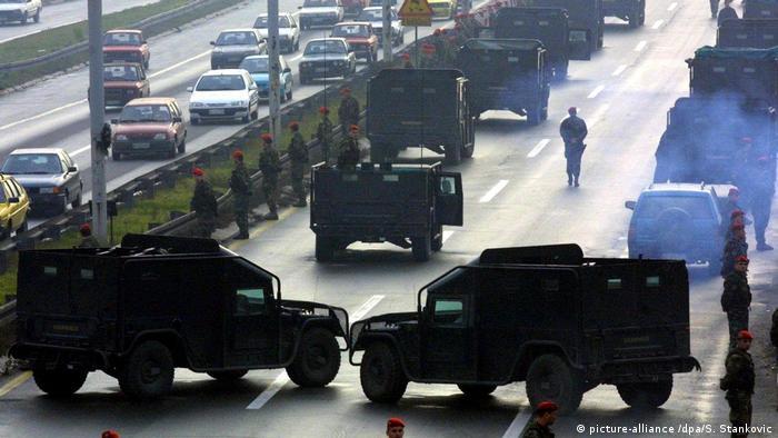 Serbien - Eliteeinheiten der JSO Blockieren Strasse